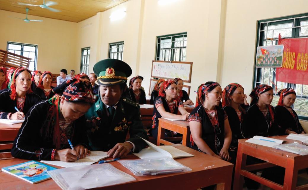 Cựu chiến binh Bản ân cần cầm bút chỉ dạy học sinh.