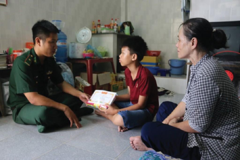 Bộ đội Biên phòng tặng quà, giấy khen cho thành viên lớp học tình thương.