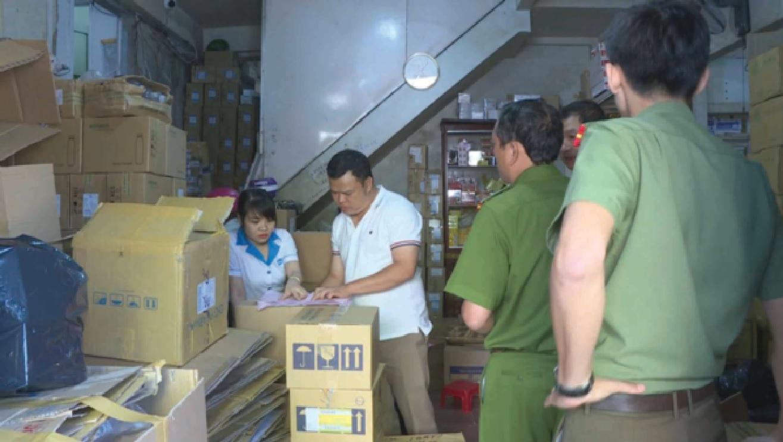 Lực lượng chức năng kiểm tra tại hai kho thuốc của bà Nguyễn Thị Kim Cúc.