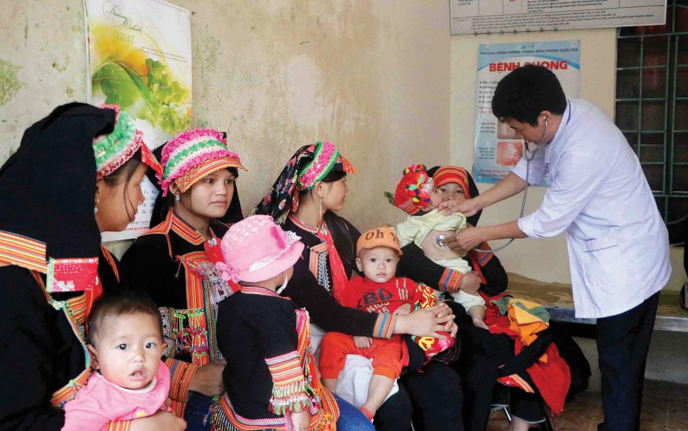 Cán bộ y tế xã Hoang Thèn khám chữa bệnh cho người dân.