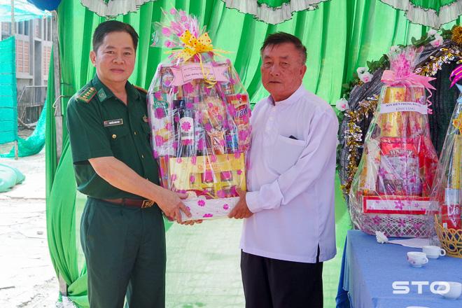 Đại tá Nguyễn Song Hào - Phó Chỉ huy trưởng BĐBP Sóc Trăng tặng quà cho linh mục Huỳnh Văn Ngợi, Giáo xứ Trung Bình - Khmer (Micae).