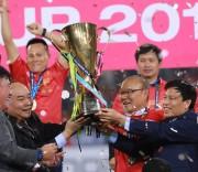 Thủ tướng Nguyễn Xuân Phúc trao cúp vô địch cho đội tuyển Việt Nam.