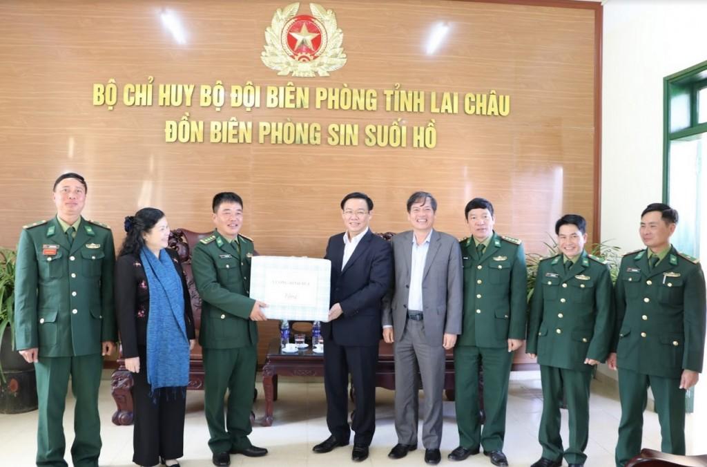 Phó thủ tướng Vương Đình Huệ tặng quà cho cán bộ, chiến sỹ Đồn biên phòng Sin Suối Hồ