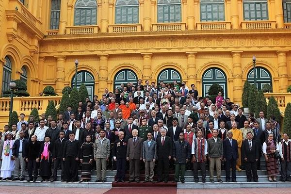 Các đại biểu chụp ảnh lưu niệm với Tổng Bí thư, Chủ tịch nước Nguyễn Phú Trọng. Ảnh: tienphong.vn