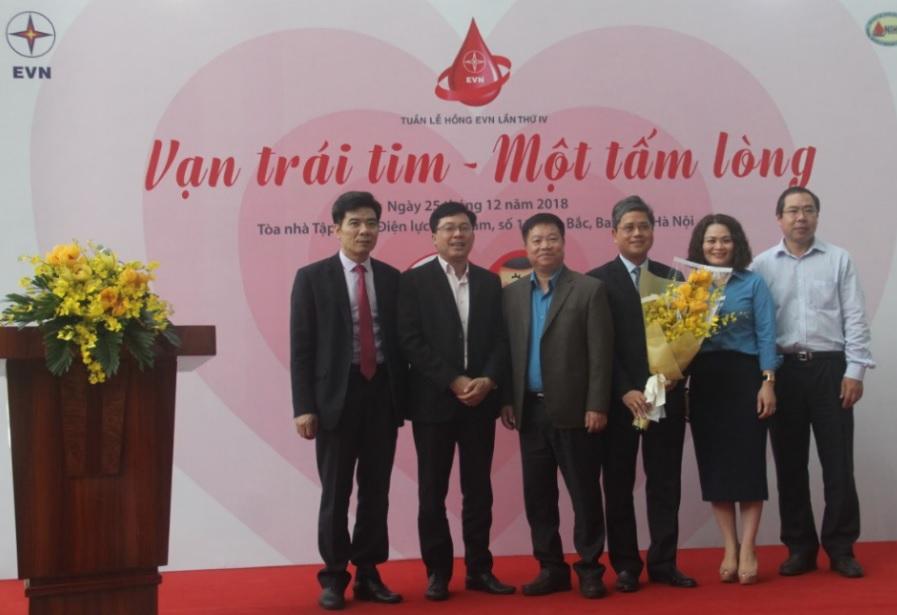 Lãnh đạo Viện huyết học – Truyền máu tặng hoa cảm ơn lãnh đạo EVN