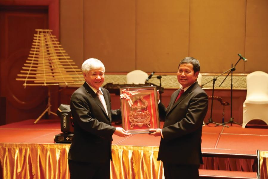 Phó Chủ tịch Ủy ban Trung ương Mặt trận Lào xây dựng đất nước Khăm Bay Đăm Lắt tặng quà cho Bộ trưởng, Chủ nhiệm UBDT Đỗ Văn Chiến.