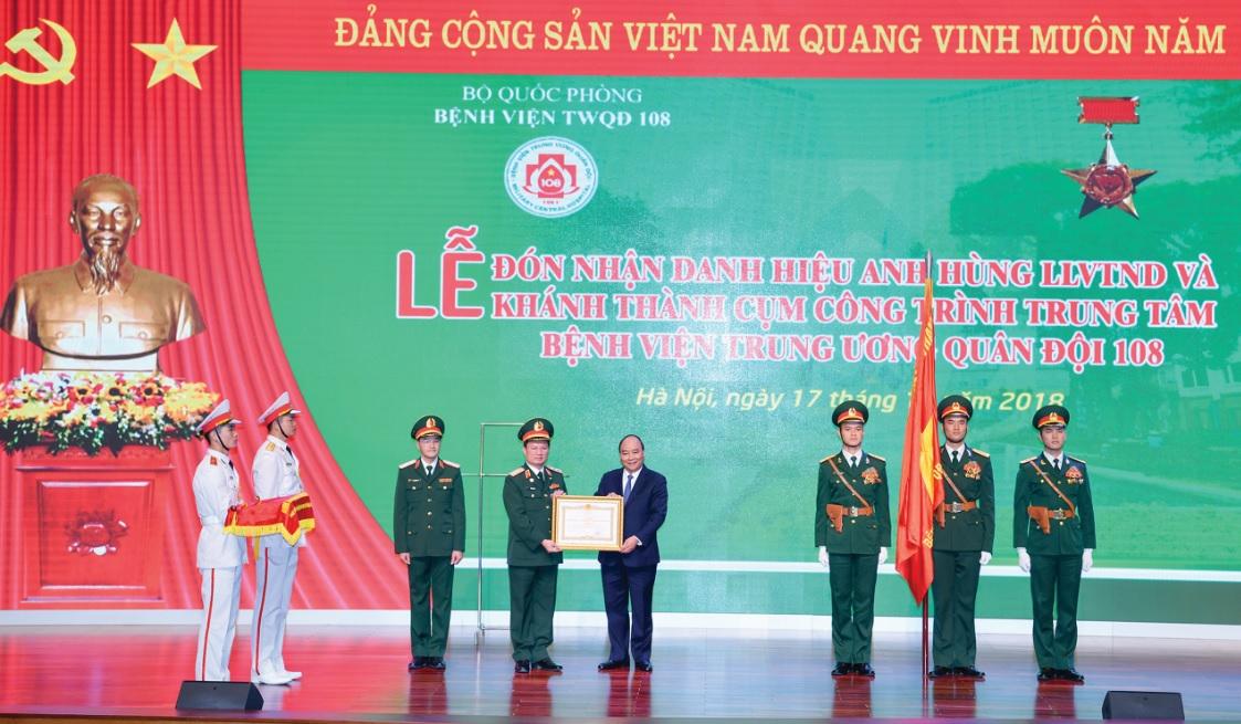 Thủ tướng Nguyễn Xuân Phúc trao danh hiệu Anh hùng lực lượng vũ trang nhân dân thời kỳ chống Pháp cho Bệnh viện Trung ương Quân đội 108. Ảnh: VGP/Quang Hiếu