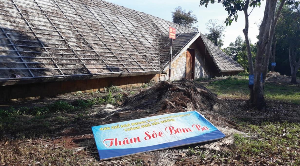 Hai căn nhà dài truyền thống, mái được lợp bằng tranh đã mục nát.