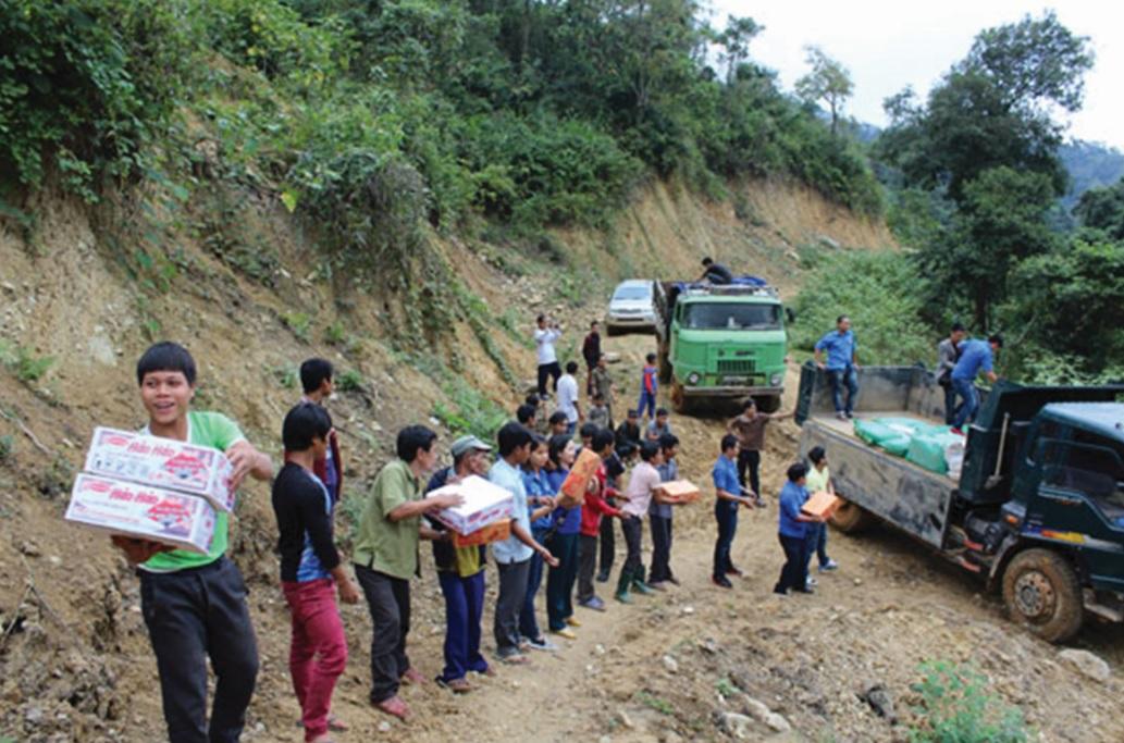 Giao thông đi lại khó khăn nên việc chuyển quà Tết đến vùng sâu, vùng xa mất nhiều thời gian.