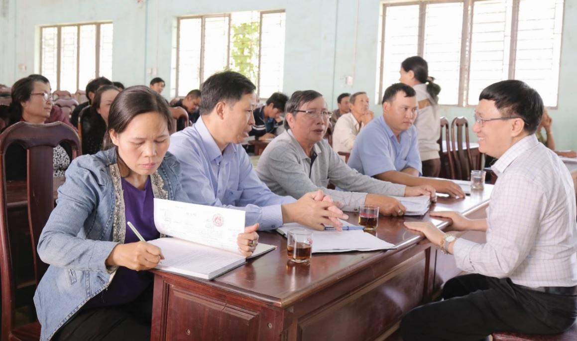 Tổng Giám đốc Dương Quyết Thắng trao đổi với lãnh đạo UBND xã và đại diện các tổ chức hội, đoàn thể thị trấn Nhơn Hòa.
