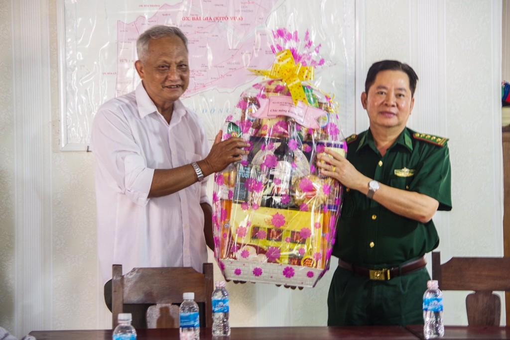 Đại tá Nguyễn Song Hào, Phó chỉ huy trưởng BĐBP tỉnh Sóc Trăng tặng quà cho linh mục Nguyễn Văn Thọ, nhà thờ Bãi Giá, xã Trung Bình, huyện Trần Đề.
