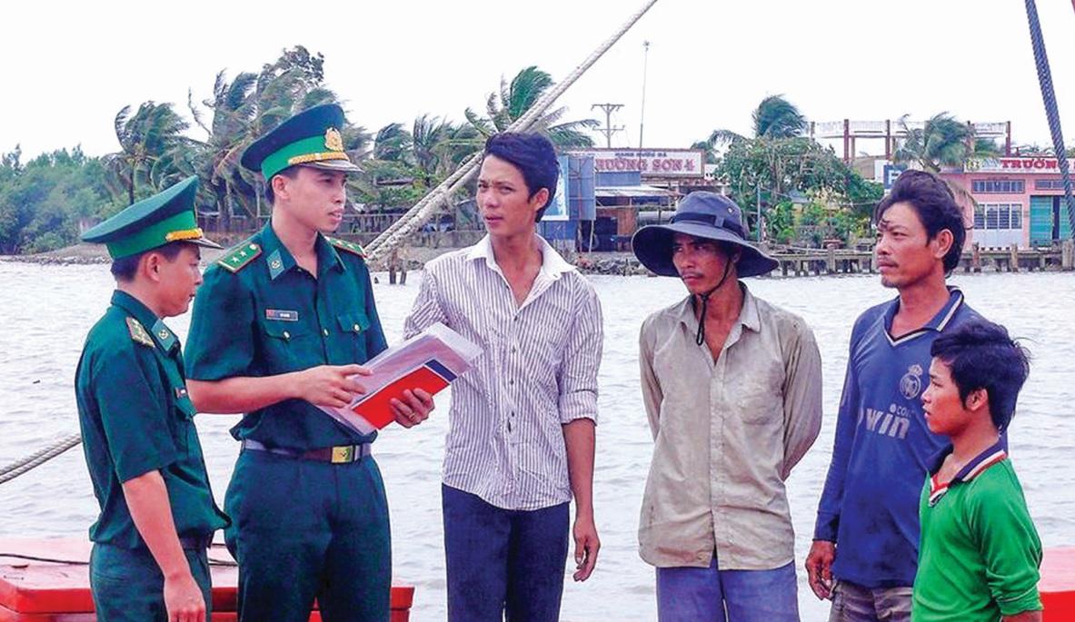 Lực lượng Bộ đội Biên phòng Cà Mau, phát tờ rơi cho từng phương tiện đánh bắt hải sản.