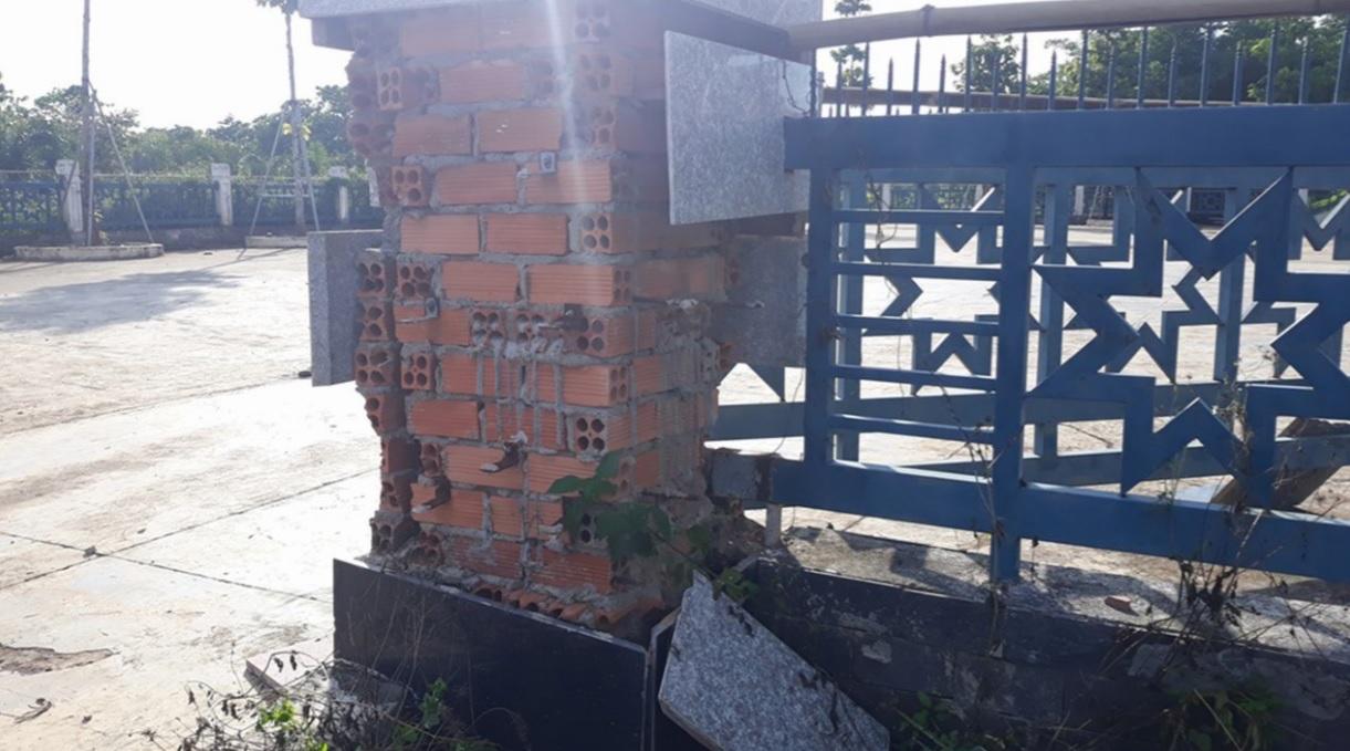 Cột cổng bị bong tróc nghiêm trọng.