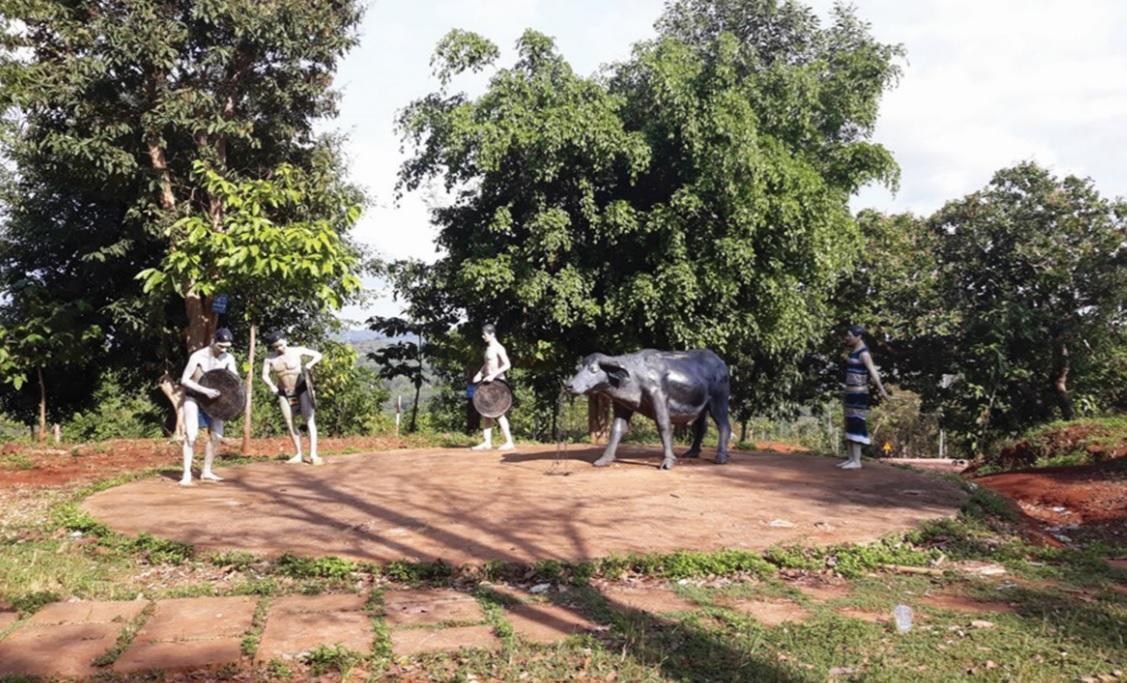 Khu vực này, trước đây có 9 bức tượng, nhưng nay chỉ còn sót lại 4 bức tượng người.