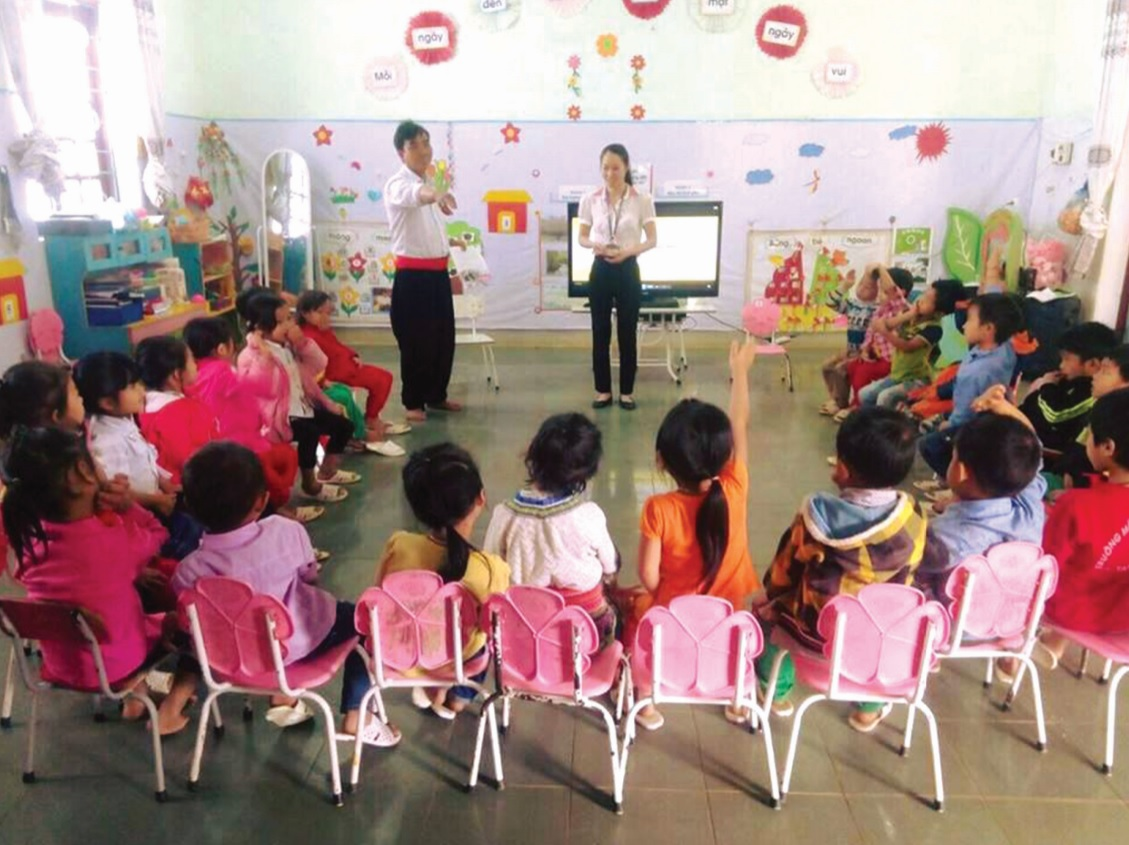 Phụ huynh hỗ trợ giáo viên Trường Mầm non xã Nùng Nàng, huyện Tam Đường, Lai Châu dạy ngôn ngữ.