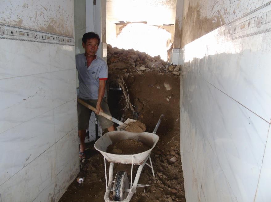 Sau nửa tháng vụ lở núi xảy ra, căn nhà của ông Nguyễn Hữu Tỏn vẫn ngổn ngang đất đá.