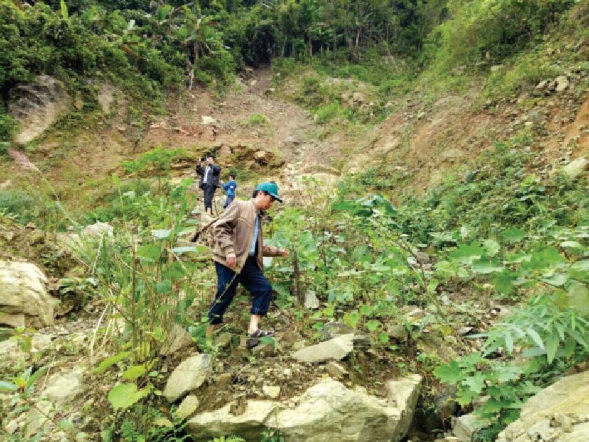 Cán bộ UBND xã Ba Giang đi kiểm tra tình hình sạt lở núi Voang Mo Ơn.