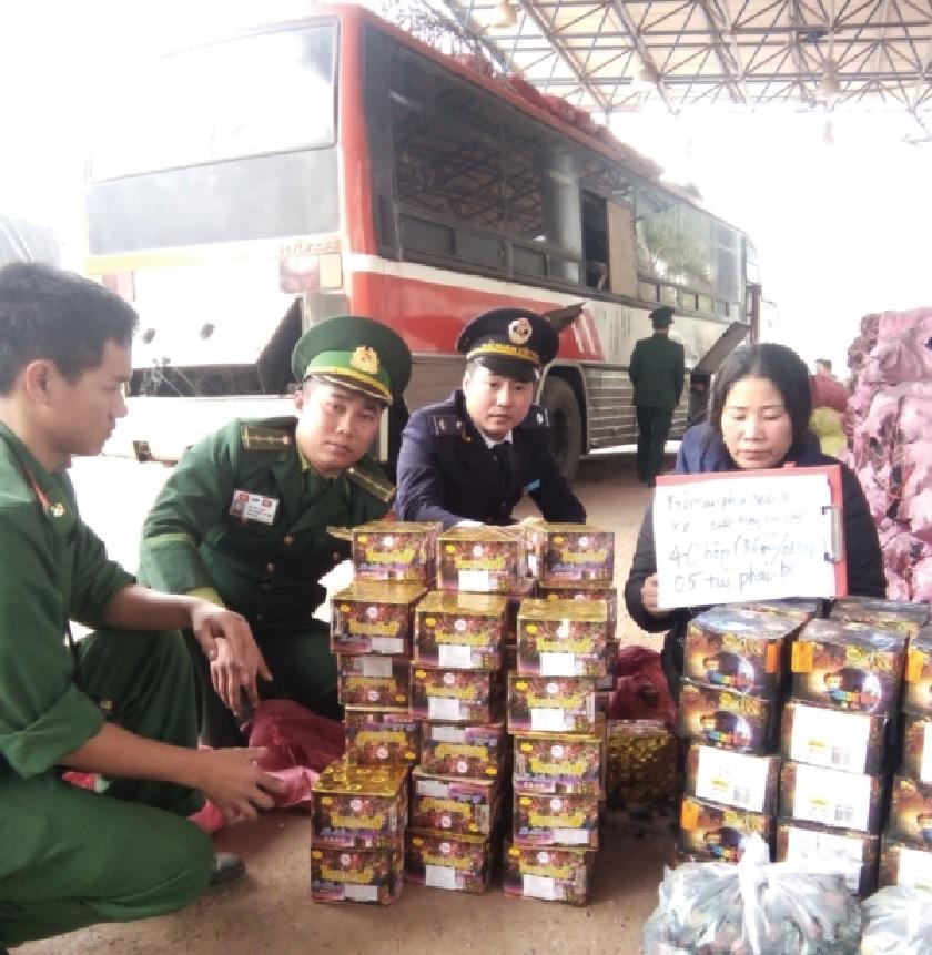 Lực lượng chức năng tỉnh Quảng Trị bắt giữ khối lượng pháo lớn do các đối tượng chuyển về Việt Nam tiêu thụ.
