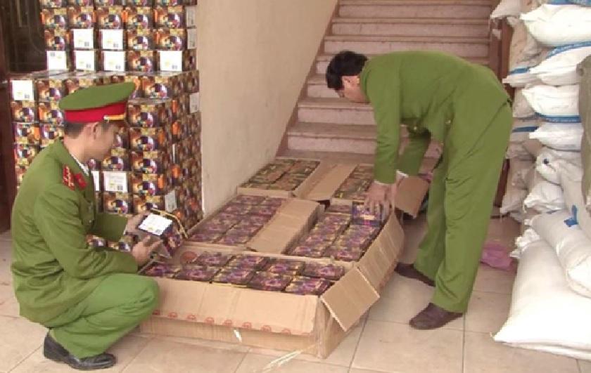 Lực lượng chức năng kiểm kê pháo lậu bị tịch thu.