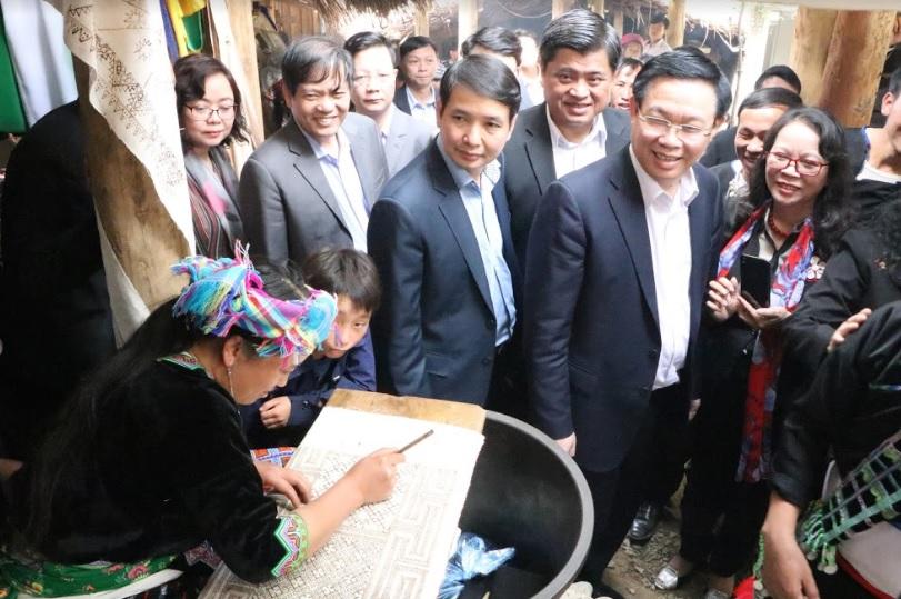 Phó Thủ tướng và đoàn công tác thăm quan bản Du lịch cộng đồng Sin Suối Hồ