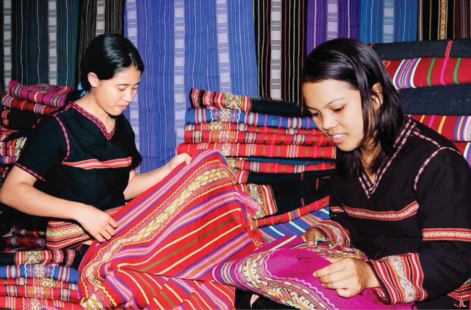 Nghệ nhân dệt thổ cẩm của xã Glar, huyện Đắc Đoa (Gia Lai) kiểm tra hàng thổ cẩm truyền thống. Ảnh TL
