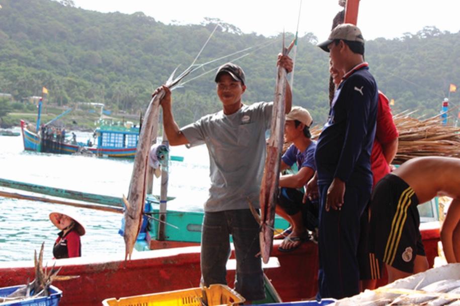 Ngư dân vui mừng trước một chuyến đi biển với cá đầy khoang.