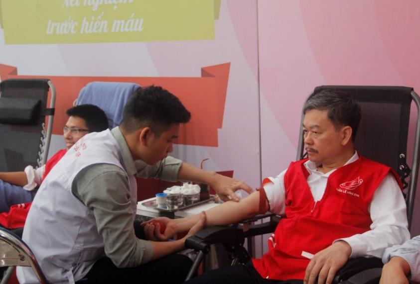 Ông Lê Quang Thái, Phó Tổng giám đốc Tổng Công ty Điện lực miền Bắc tham gia hiến máu