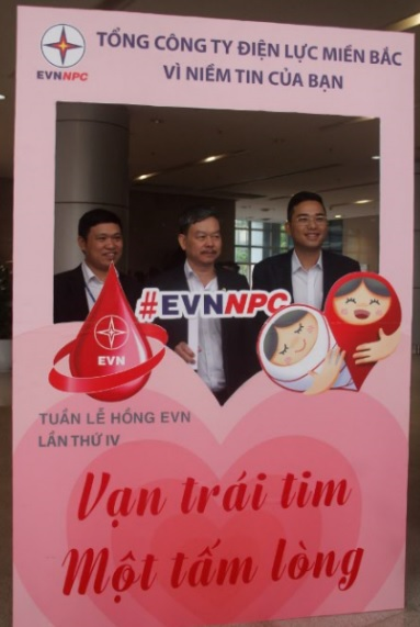 Cán bộ Tổng Công ty Điện lực miền Bắc tham gia vận động hiến máu