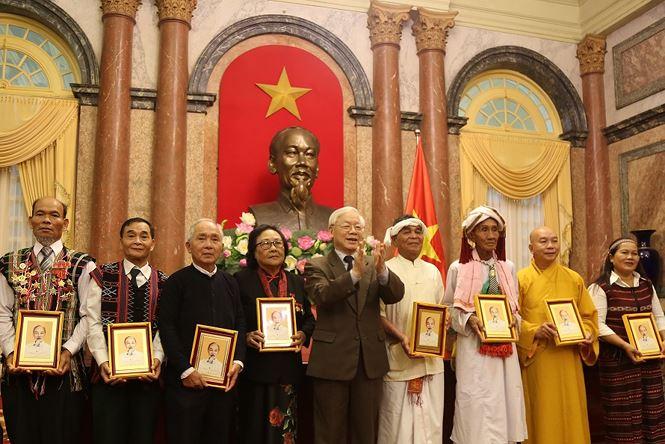 Tổng Bí thư, Chủ tịch nước tặng quà lưu niệm các đại biểu người có uy tín tiêu biểu
