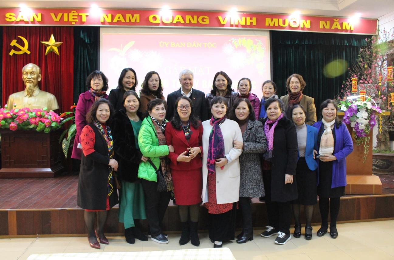 Bộ trưởng, Chủ nhiệm UBDT Đỗ Văn Chiến chụp ảnh lưu niệm cùng các đồng chí cán bộ hưu trí cao tuổi của UBDT.