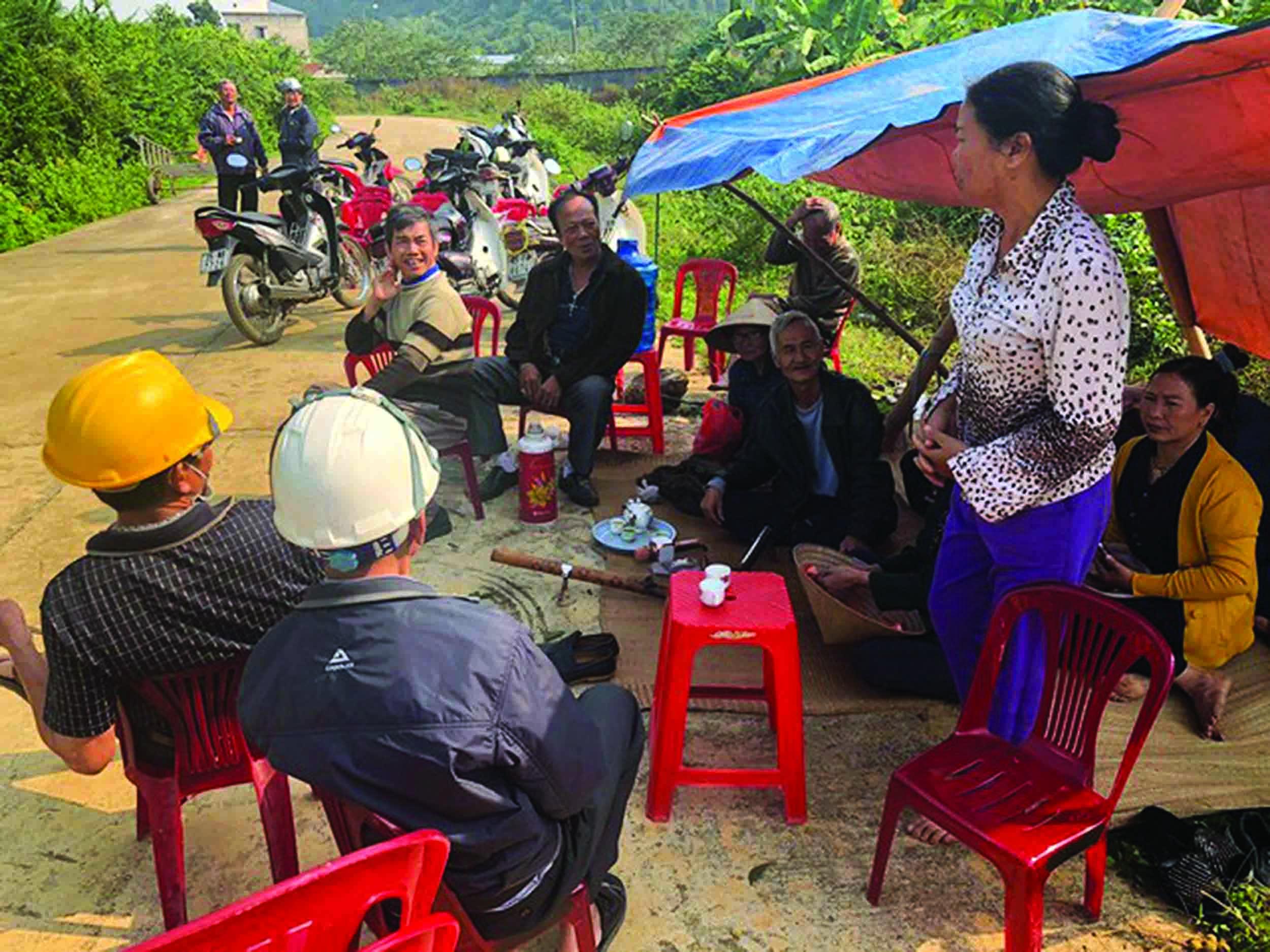 """Người dân phường Nam Sơn lập """"barie"""" phản đối khởi công dự án."""