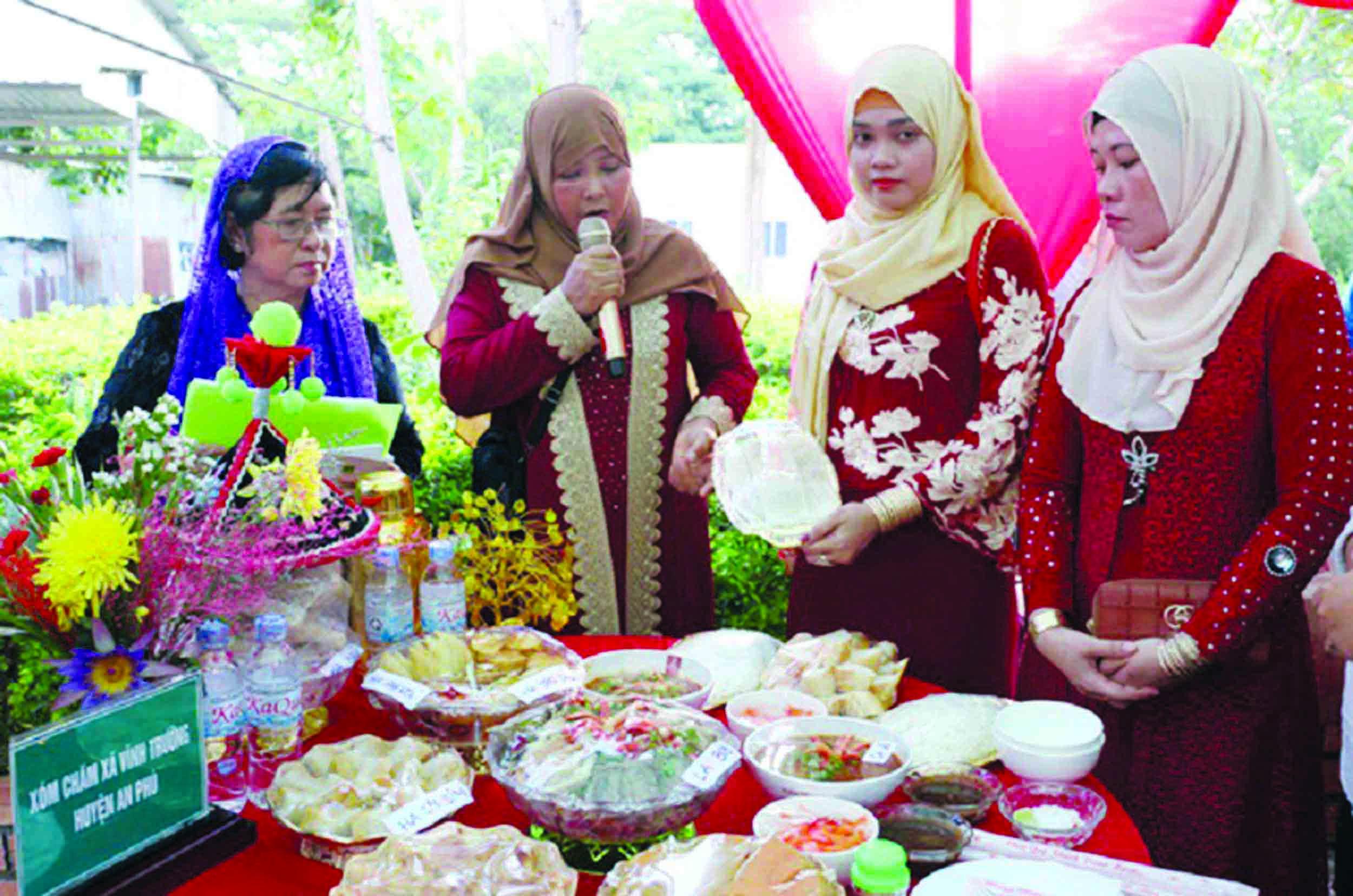 Một cuộc thi chế biến món ẩm thực truyền thống của phụ nữ Chăm trong ngày Tết.