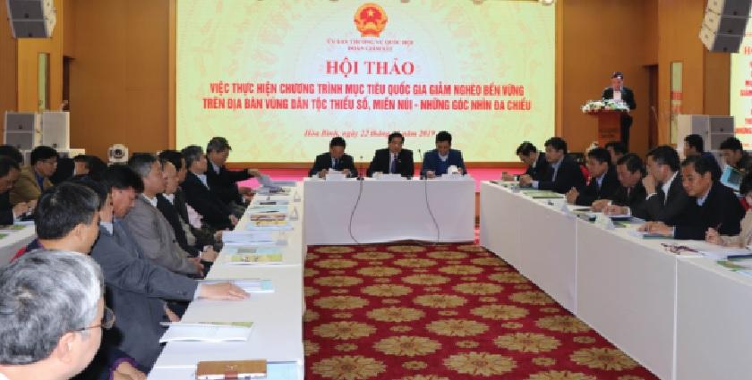 Ông Hà Ngọc Chiến, Ủy viên Trung ương Đảng, Ủy viên UBTVQH, Chủ tịch Hội đồng Dân tộc của QH (ngồi giữa) chủ trì Hội thảo.