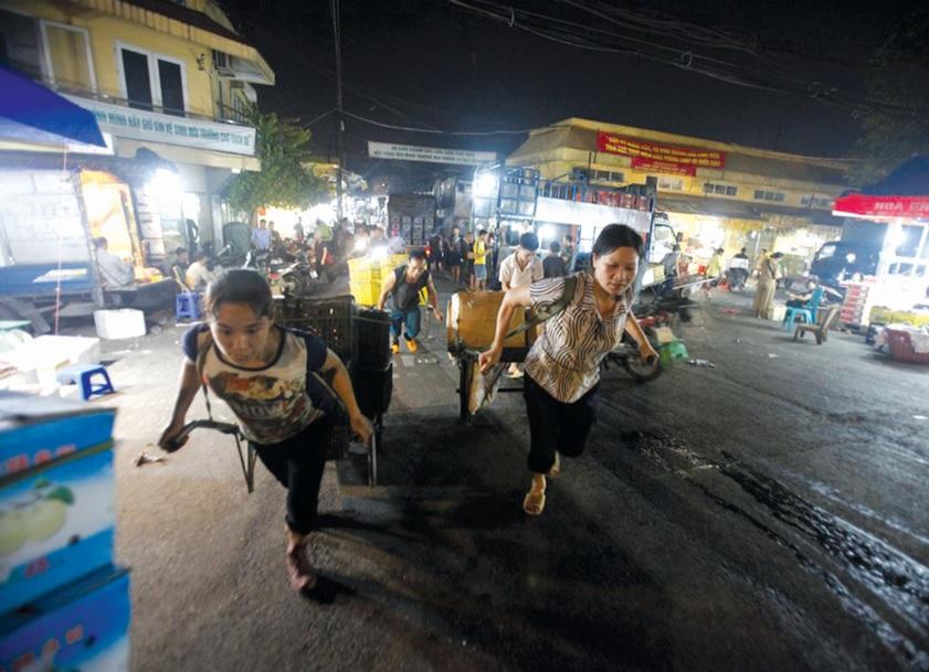 Lao động nữ ở chợ đầu mối Long Biên.