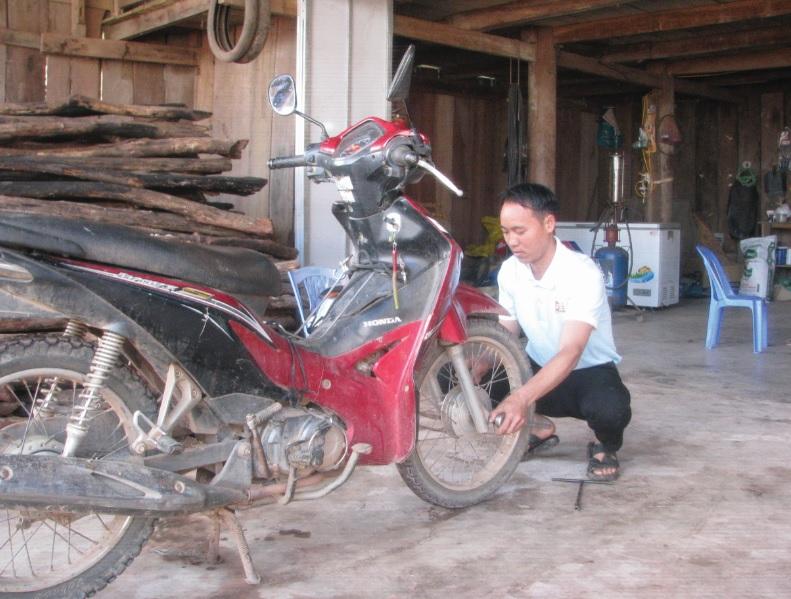 Với nghề sửa chữa xe máy, mỗi tháng, Giàng A Bình có thu nhập ổn định khoảng 4-5 triệu đồng.