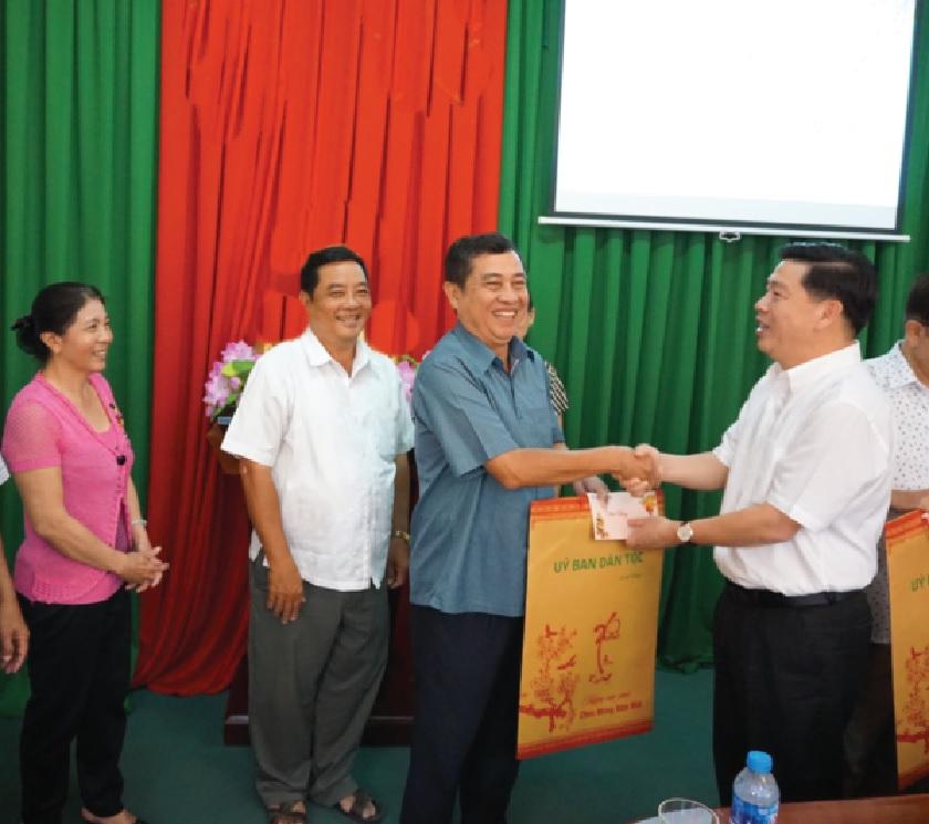 Thứ trưởng Lê Sơn Hải tặng quà cho cán bộ hưu trí.