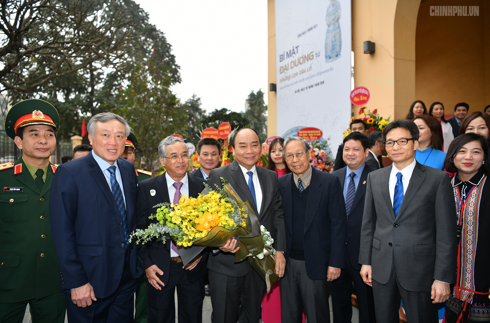 Thủ tướng Nguyễn Xuân Phúc, Phó Thủ tướng Vũ Đức Đam, Chánh án TANDTC Nguyễn Hòa Bình, cùng các đại biểu thăm Bảo tàng Lịch sử quốc gia Việt Nam. Ảnh VGP/Quang Hiếu