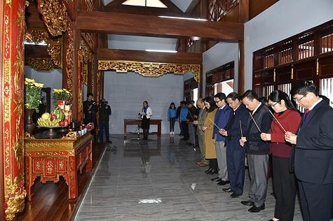 Phó Thủ tướng dâng hương tưởng nhớ Chủ tịch Hồ Chí Minh tại khu di tích Nà Tu, huyện Bạch Thông, Cao Bằng - Ảnh: VGP/Nhật Bắc