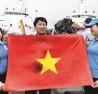 Lá quốc kỳ có chữ ký của toàn bộ đội tuyển bóng đá Việt Nam  tặng các chiến sĩ Trường Sa.