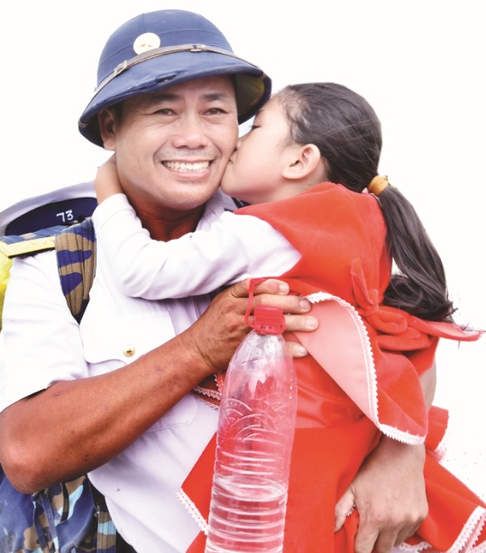 Nụ hôn tiễn cha lên đường ra Trường Sa của cha con chiến sĩ hải quân Lê Văn Trung.
