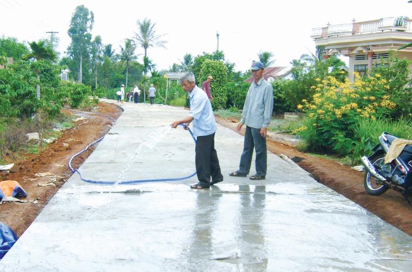 Những con đường được xây dựng từ nguồn vốn Chương trình 135 giúp người dân ở các làng ĐBKK đi lại thuận tiện.