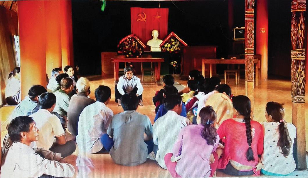 Để giảm thiểu tình trạng tảo hôn và hôn nhân cận huyết thống trong vùng đồng bào DTTS, cán bộ Ban Dân tộc tỉnh Bình Định thường xuyên xuống các làng để tuyên truyền, vận động.