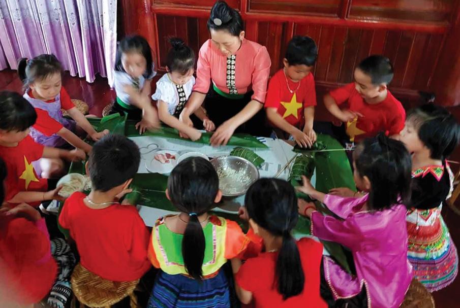 Tổ chức ngoại khóa dạy gói bánh chưng giúp tăng khả năng giao tiếp tiếng Việt cho trẻ em người DTTS.