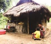 Lỡ mang trong mình căn bệnh HIV/AIDS, mẹ con chị Lò Thị Sen bị cả bản hắt hủi, xa lánh.