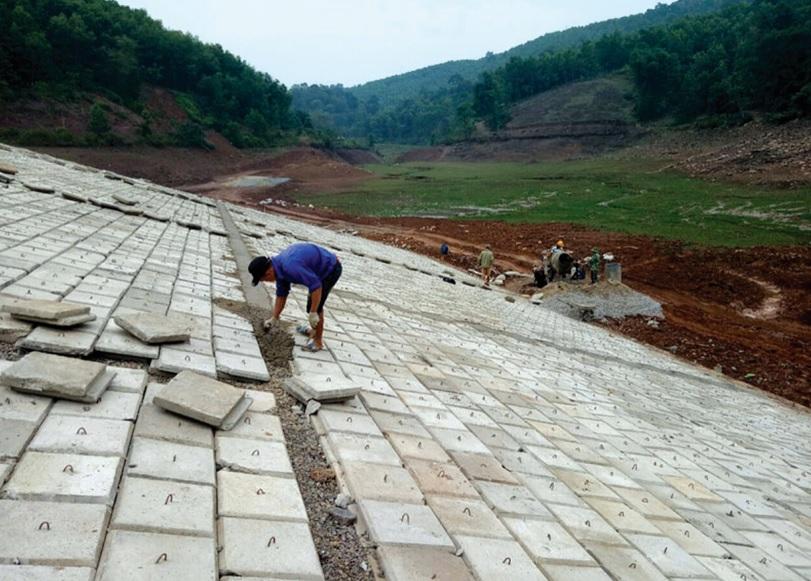 Công trình hồ Rung Chăn, xã Phúc Tuy (Lạc Sơn) đang trong giai đoạn làm kênh mương và lát mái thượng lưu, dự kiến hết tháng 2/2019 sẽ hoàn thành.
