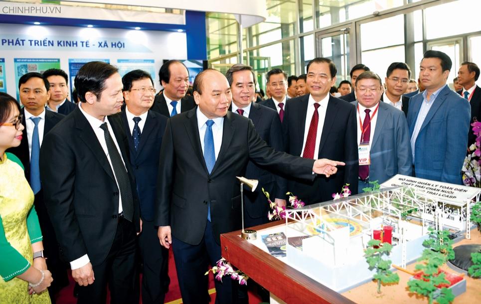 """Thủ tướng thăm Triển lãm quốc gia giới thiệu thành tựu 10 năm thực hiện Nghị quyết Trung ương 7, khóa X về phát triển """"tam nông"""" được tổ chức tại Trung tâm Hội nghị Quốc gia (Hà Nội) ngày 27/11/2018."""