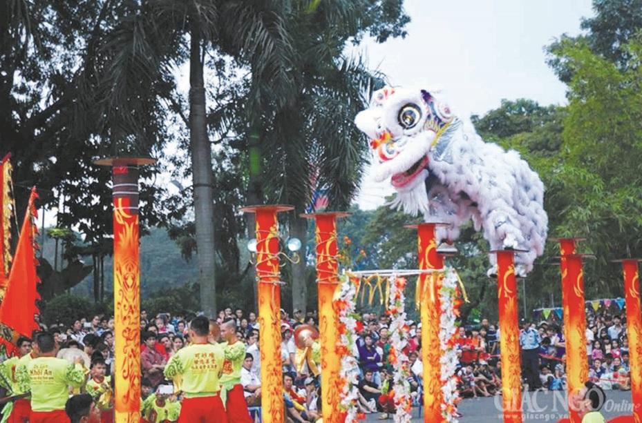 Biểu diễn múa lân-sư-rồng trong lễ hội đường phố ở Chợ Lớn.