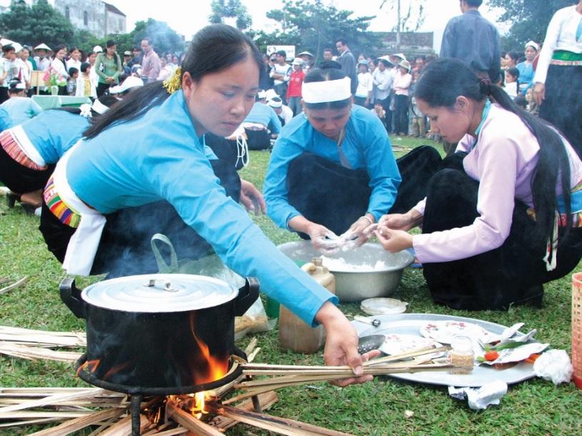 Đồng bào Mường làm bánh chưng tại một lễ hội.