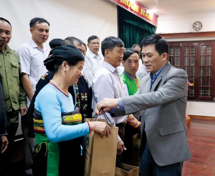 Thứ trưởng, Phó Chủ nhiệm UBDT Nông Quốc Tuấn tặng quà cho Người có uy tín tỉnh Thanh Hóa (ngày 27/11/2018).