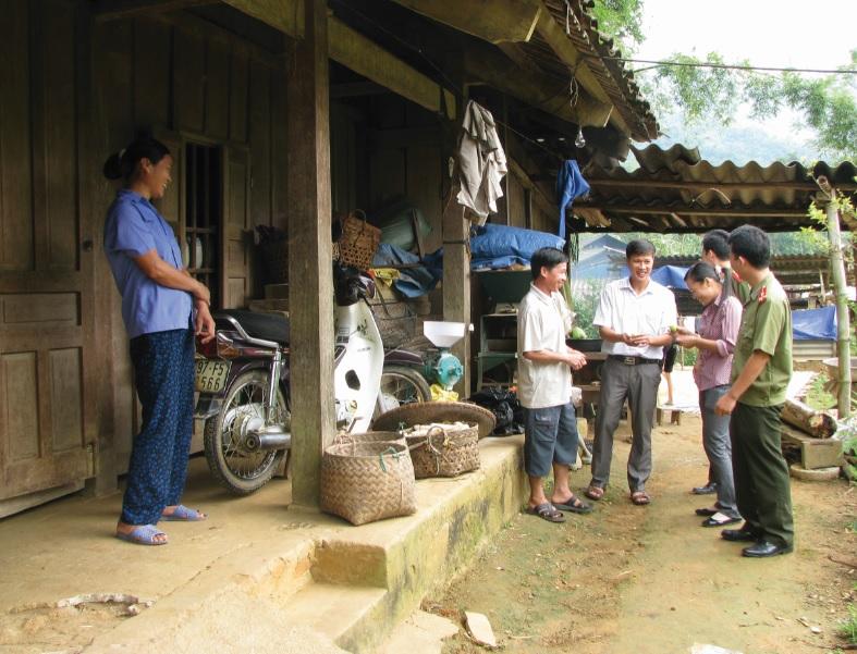 Cán bộ trẻ huyện Pắc Nặm, tỉnh Bắc Kạn thường xuyên bám sát cơ sở để lắng nghe tâm tư, nguyện vọng của dân.